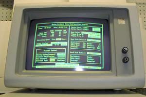 La pantalla de rayos catodicos monocromatico, fue de los primeros tipos de monitores que permitió manejar mejor la computadora.